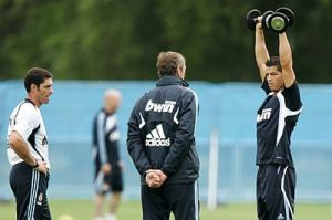 Cristiano-Ronaldo-Shoulder-Press