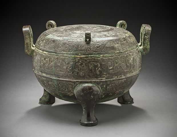 620px-Lidded_Ritual_Food_Cauldron_(Ding)_with_Interlaced_Dragons_LACMA_M.74.103a-b_(2_of_5).jpg